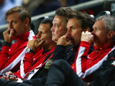 Die versammelte Ratlosigkeit: Uniteds Trainerstab beim Spiel gegen Milton Keynes