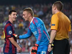 Jasper Cillessen (m.) laat Lionel Messi (l.) lachen tijdens het Champions League-duel FC Barcelona - Ajax. (21-10-2014)