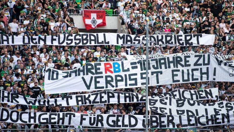 Gladbach-Fans bekunden ihren Unmut gegen RB Leipzig