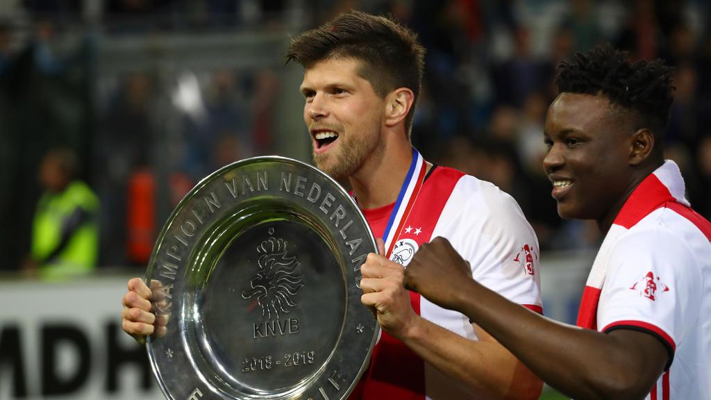 Ex-Schalke-Angreifer Klaas-Jan Huntelaar hält die niederländische Meisterschale in den Händen