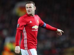 Wayne Rooney laat zien waar de vrije ruimte is tijdens het Europa League-duel Manchester United - Fenerbahçe. (20-10-2016)