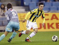 Mitchell van Bergen (r.) snelt langs Bas Kuipers (l.) in het duel Vitesse - Excelsior. (26-11-2016)