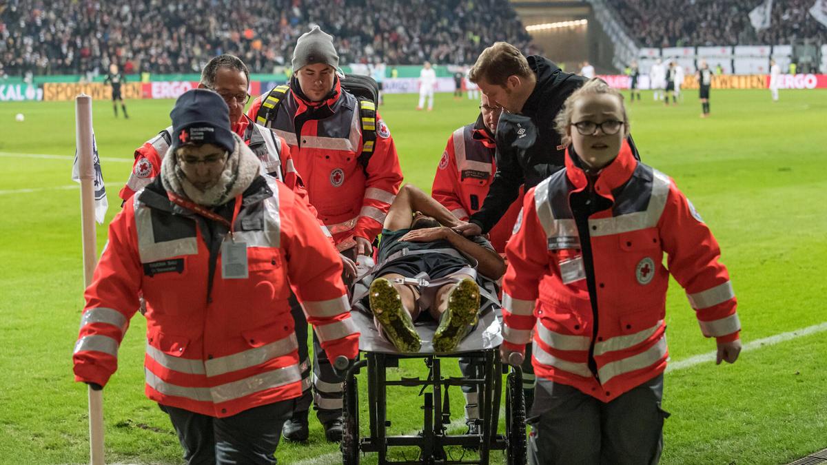Sanitäter tragen Ömer Toprak nach einer Verletzung vom Spielfeld