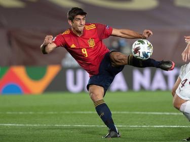 Gerard Moreno remata de media volea ante Suiza.