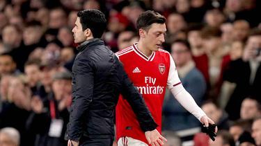 Mesut Özil (r.) spielt beim FC Arsenal keine Rolle mehr