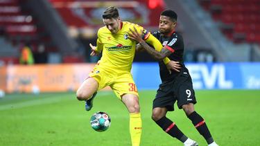 Christian Günter vom SC Freiburg schielt nach oben