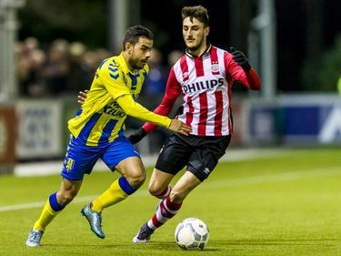 Aleksandar Boljević (r.) probeert de bal van Ismaïl Yıldırım af te pakken, maar de RKC-aanvaller ontdoet zich van de PSV'er. (01-02-2016)