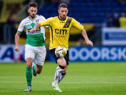 Matthew Steenvoorden (l.), die in de Jupiler League wedstrijd van FC Dordrecht op bezoek bij NAC Breda zijn debuut voor de uitspelende ploeg maakte, moet in de achtervolging op Kevin Brands. (24-08-2015)