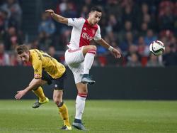 Anwar El Ghazi (r.) heeft zich tijdens Ajax - Roda JC ontdaan van Jens van Son, waardoor de aanvaller van Ajax de bal makkelijk kan aannemen. (31-10-2015)