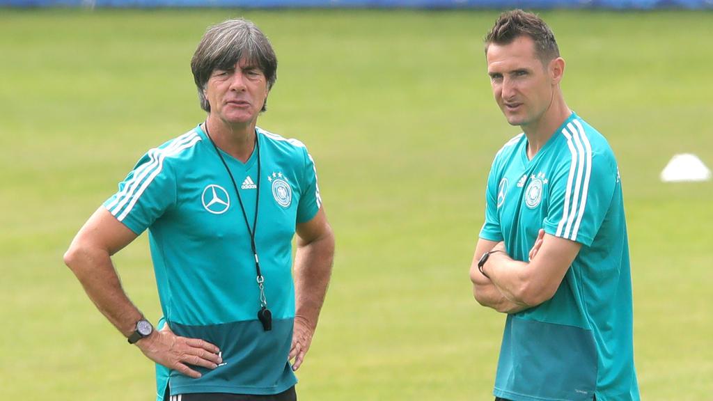 Miroslav Klose (r.) hat sich deutlich für einen Verbleib des Bundestrainers ausgesprochen
