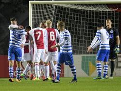 Spelers van De Graafschap balen nadat Jong Ajax op 1-1 komt. De Superboeren kwamen in Amsterdam op een vroege voorsprong, maar geven dit dus uit handen. (17-10-2016)