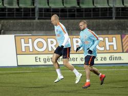 Arjen Robben (l.) en Wesley Sneijder warmen zich op voor de laatste training voorafgaand aan het duel met Luxemburg. (12-11-2016)