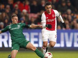 Yoëll van Nieff (l.) probeert Anwar El Ghazi van de bal te zetten tijdens Ajax-FC Groningen. (04-12-2016)