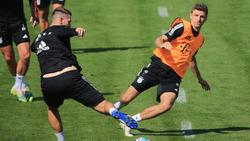 Niklas Süle (v.) und Thomas Müller hatten im Training des FC Bayern gesundheitliche Problem