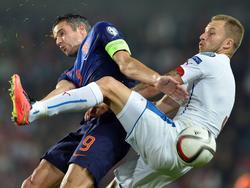 Oranje-spits Robin van Persie (l.) vecht stevige duels uit met de Tsjech Michal Kadlec (r.). (09-09-2014)