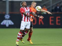 Steven Bergwijn (l.) probeert de bal op zijn borst aan te nemen, maar Ties Evers (r.) zit hem in de weg tijdens de wedstrijd FC Volendam - Jong PSV. (11-09-2015)