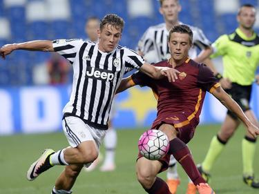 Juventus-aanvaller Nicolò Pozzebon (l.) snelt langs zijn tegenstander van AS Roma. (04-06-2016)