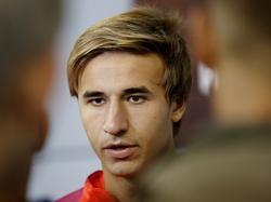 De 21-jarige middenvelder Sergi Samper praat met de media na afloop van de een training van FC Barcelona. (28-07-2016)