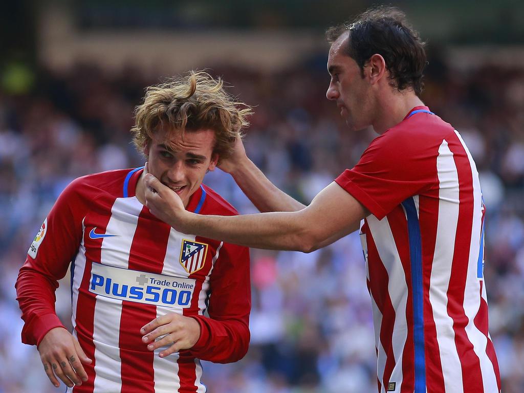 Antoine Griezmann es felicitado tras un tanto por Diego Godín. (Foto: Getty)