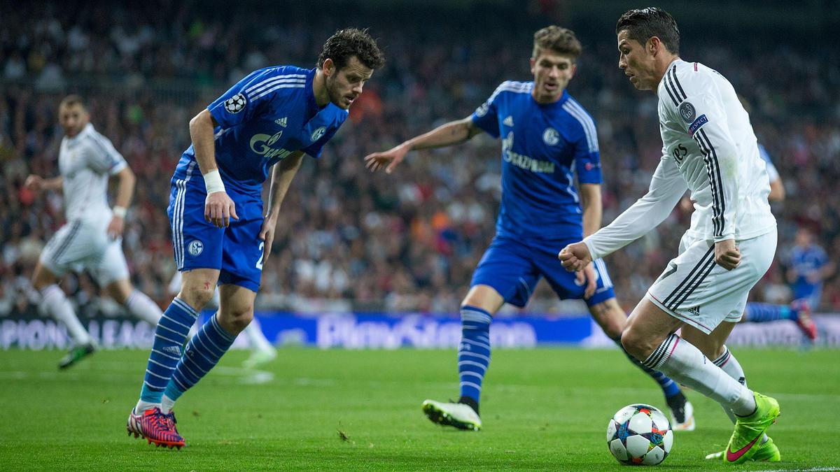 Ex-Schalker Tranquillo Barnetta (l.) im Duell mit Cristiano Ronaldo