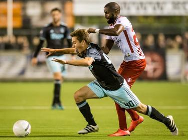 Debutant Carel Eiting (l.) wordt omvergelopen door Sanny Monteiro (r.) tijdens Kozakken Boys - Ajax in de tweede ronde van de KNVB beker. (26-10-2016)