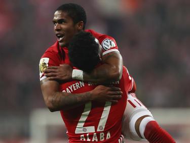 Douglas Costa bejubelt mit David Alaba sein Goldtor beim Bayern-Sieg