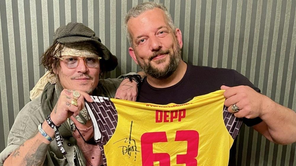 Johnny Depp und Alex Becker (r.)