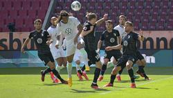Augsburg (schwarze Trikots) verlor zu Hause gegen Wolfsburg