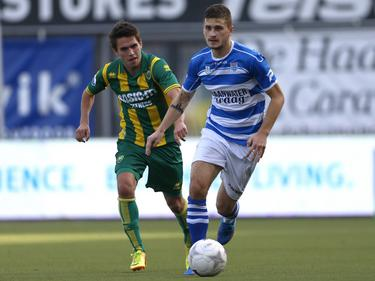 Mateusz Klich (r.) in actie tijdens PEC Zwolle - ADO Den Haag. (20-10-2013)