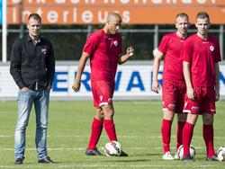 Danny Buijs (l.) staat samen met zijn spelers op het veld tijdens de warming-up voor de thuiswedstrijd tegen SV Spakenburg. (04-10-2014)