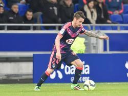 Huurling Mathieu Debuchy aan de bal namens Girondins Bordeaux tijdens het competitieduel bij Olympique Lyon. (03-02-2016)