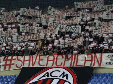 Supporters van AC Milan protesteren tegen het beleid van hun club voorafgaand aan AC Milan - Sampdoria. (12-04-2015)