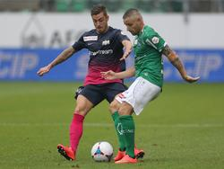 Marco Schönbächler und Mario Mutsch im Kampf um den Ball