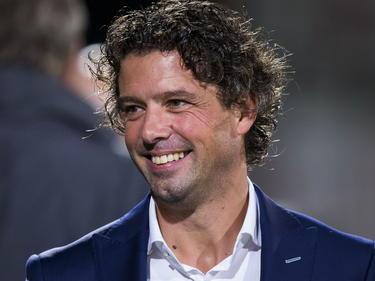 Jean-Paul de Jong is rustig voor de wedstrijd FC Oss - FC Eindhoven in de Jupiler League. Of lacht de trainer van FC Eindhoven hier de spanning weg? (17-10-2014)