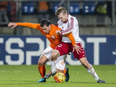 Gleb Rassadkin (r.) maakt het Karim Rekik erg moeilijk met zijn fysieke kracht. De Wit-Russen strijden met Jong Oranje om de koppositie in de kwalificatiereeks. (12-11-2015)