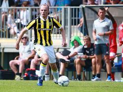 Elmo Lieftink dribbelt met de bal aan de voet in het vriendschappelijke duel met KV Oostende. (04-07-2015)