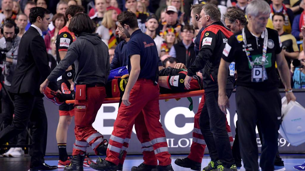Verdacht auf Kreuzbandriss! Martin Strobel musste beim Spiel gegen Kroatien aus der Halle getragen werden
