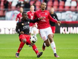 Leeroy Owusu (l.) gooit zijn lichaam in de strijd met Sébastien Haller (r.) tijdens FC Utrecht Excelsior. (06-11-2016)