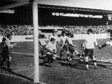 Strafraumszene aus dem ersten WM-Finale 1930 zwischen Uruguay und Argentinien
