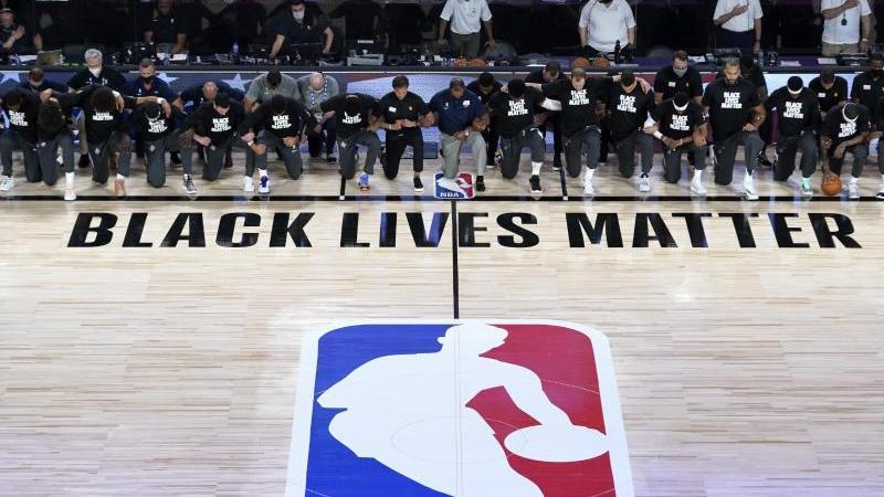 """Alle Spieler der New Orleans Pelicans und von Utah Jazz knien vor einem """"Black Lives Matter""""-Schriftzug"""