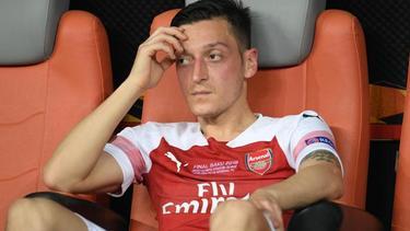 Arsenals Mesut Özil sitzt enttäuscht nach einer Niederlage auf der Bank
