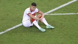 Der türkische Nationalspieler Mert Müldür sitzt nach dem EM-Aus auf dem Rasen