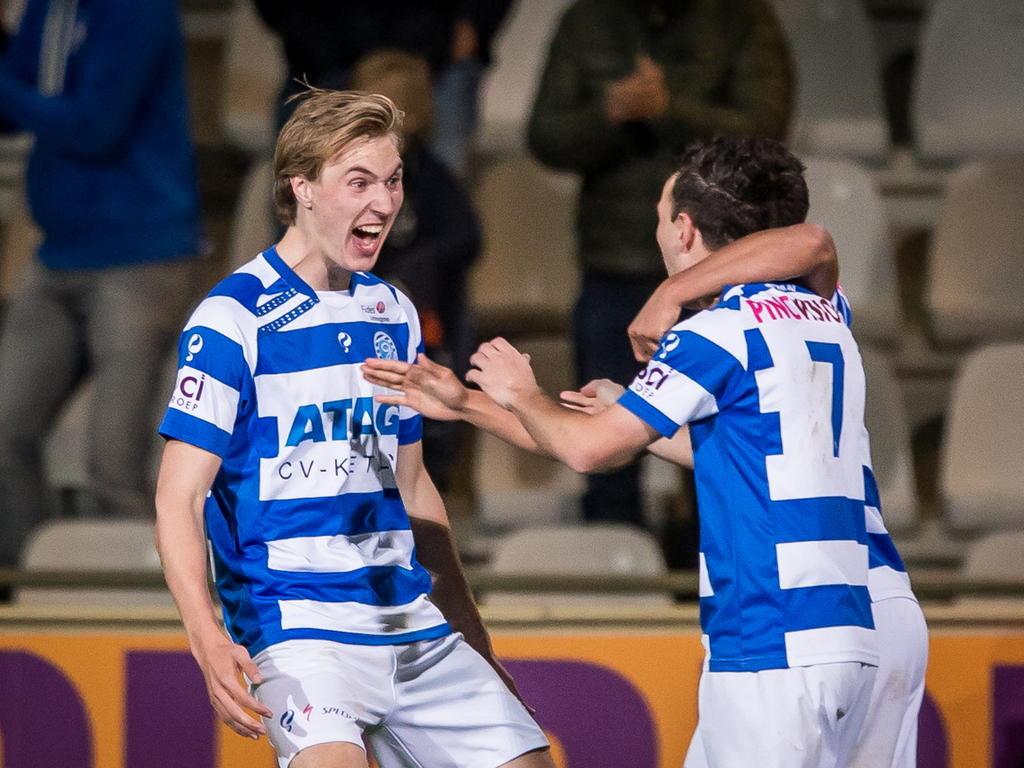 Vincent Vermeij (l.) en Vlatko Lazić (r.) zijn blij met de 2-1 tijdens het promotie/degradatieduel De Graafschap - Almere City FC. (15-05-2015)