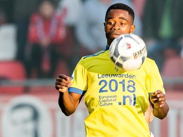 Bartholomew Ogbeche neemt de bal straks aan op zijn borst tijdens FC Utrecht - SC Cambuur. (26-09-2015)