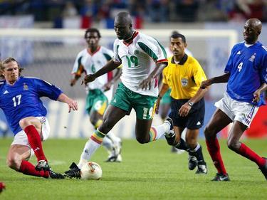 Für einen echten Paukenschlag sorgt die senegalesische Nationalmannschaft im WM-Eröffnungsspiel 2002. Gegen Frankreich schießt Papa Bouba Diop sein Team gegen den damals amtierenden Weltmeister zum 1:0-Sieg. Die Superstars Patrick Vieira und Emmanuel Petit sind in dieser Szene nur Begleiter.