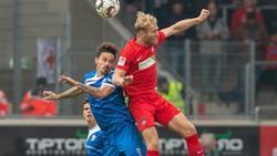 Heidenheims Sebastian Griesbeck (r) hat die Lufthoheit gegen den Magdeburger Dennis Erdmann