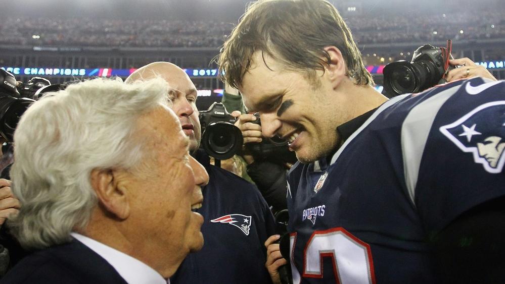 Patriots-Besitzer Robert Kraft (l.) mit Tom Brady