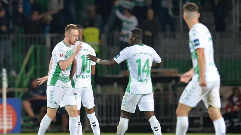 Die Spieler der SpVgg Greuther Fürth feiern das Tor zum 1:1-Ausgleich
