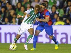 Charly Musonda (l.) van Real Betis vecht een duel uit met Pedro López van Levante UD tijdens het onderlinge competitieduel.