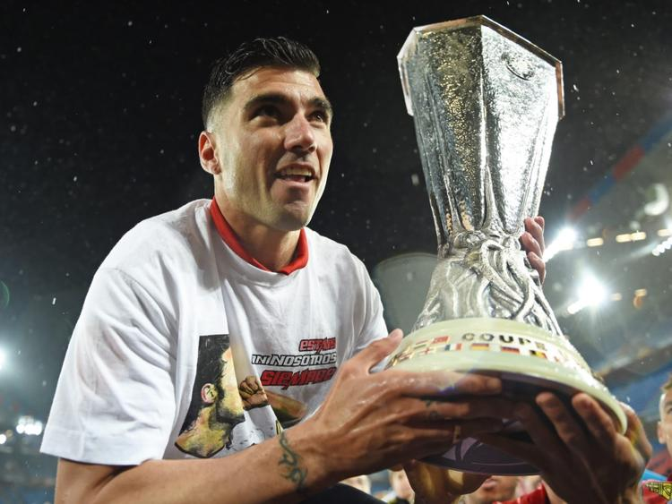Reyes levanta la Europa League del año 2016 con el Sevilla. (Foto: Getty)